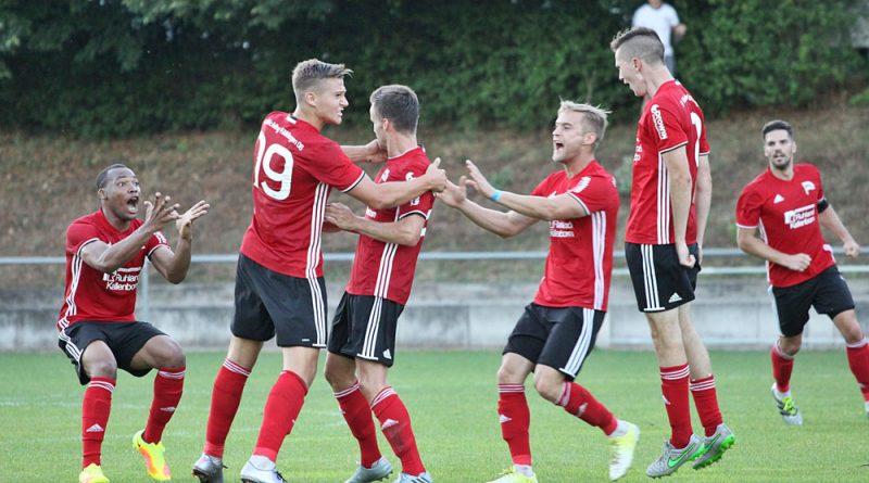 Die Spieler des SV Röchling Völklingen bejubeln den Führungstreffer (Foto: Steven Mohr, Fußball-News Saarland)