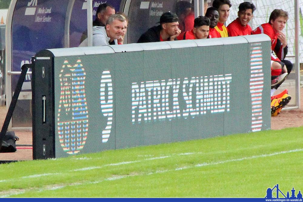 Die plötzlich aufgetauchte Anzeigetafel zeigt den mit erfolgreichsten Torschützen der Saison (Fotos: Hell)
