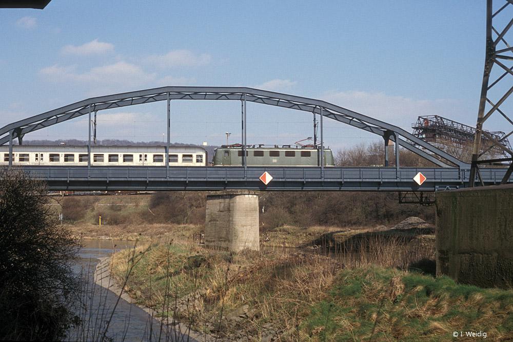 Der Zug erreicht die Saarbrücke bei Völklingen 1990 ist Völklingen © I. Weidig