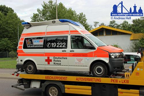 Der beschädigte Rettungswagen beim Abtransport.