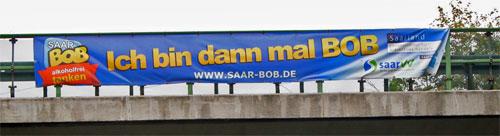 BOB-Banner an einer Autobahnbrücke