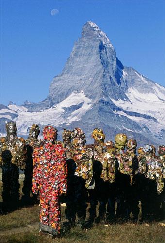 """HA Schults """"Trash People"""" am Matterhorn. Im Vordergrund: ein """"Cola-Mann"""" Copyright: HA Schult"""