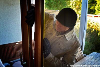 Ein Einbrecher hebelt ein Fenster auf (Symbolbild - Bildquelle: Polizeiliche Kriminalprävention)
