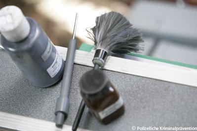 Auf der Suche nach Einbruchsspuren. Quelle: www.polizei-beratung.de