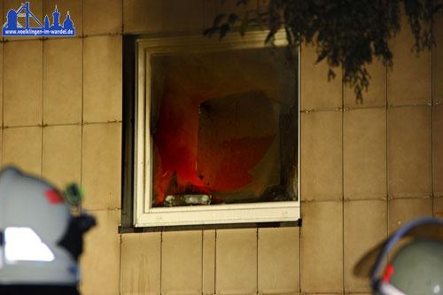 Feuer im Fenster eines Hochhauses