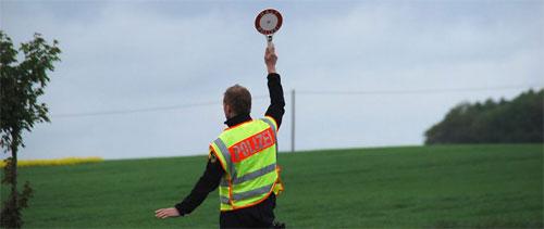 Ein Polizist stoppt einen Verkehrsteilnehmer - Symbolfoto: saarnews-tv.de