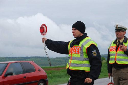 Die Polizei bei einer Verkehskontrolle - Symbolfoto: saarnews-tv.de