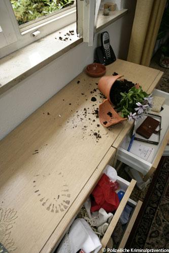"""Verwüstung nach einem Wohnhauseinbruch (""""Polizeiliche Kriminalprävention)"""