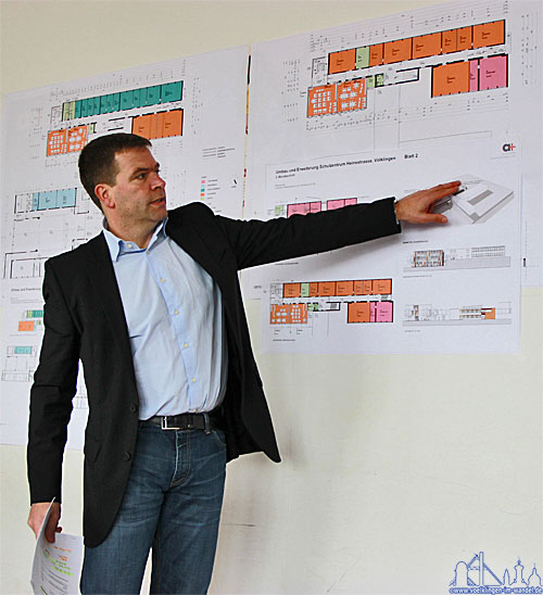 Der Architekt Dipl.-Ing. Michael Weber erläutert die Pläne
