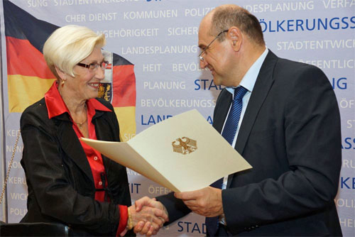 Staatssekretär Georg Jungmann überreicht Ingrid Stephan die Bundesverdienstmedaille