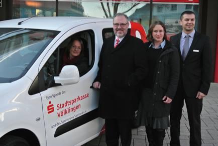 Rainer Hilcher übergibt an die Vertreterin des Diakonischen Werks an der Saar, Frau Sigrun Krack, das Auto