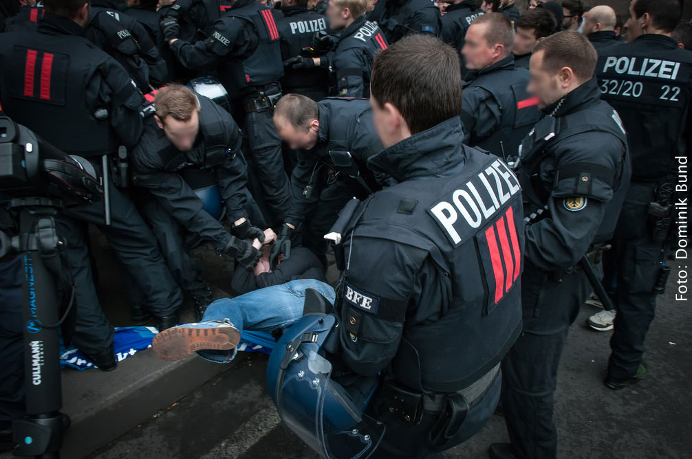 Die Polizei muss am Rande eines Trauerzugs einer rechtsradikalen Vereinigung gegen linksautonome durchgreifen (Foto: Dominik Bund)