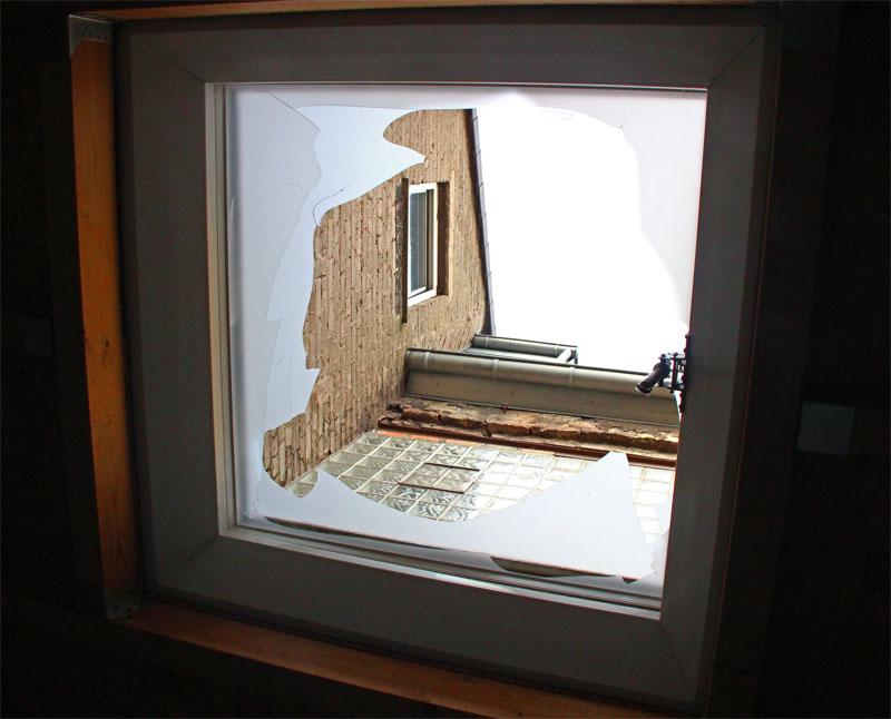Durch dieses Dachfenster sind die Kinder gestürzt, nachdem Sie durch ein Fenster das Dach bestiegen haben.
