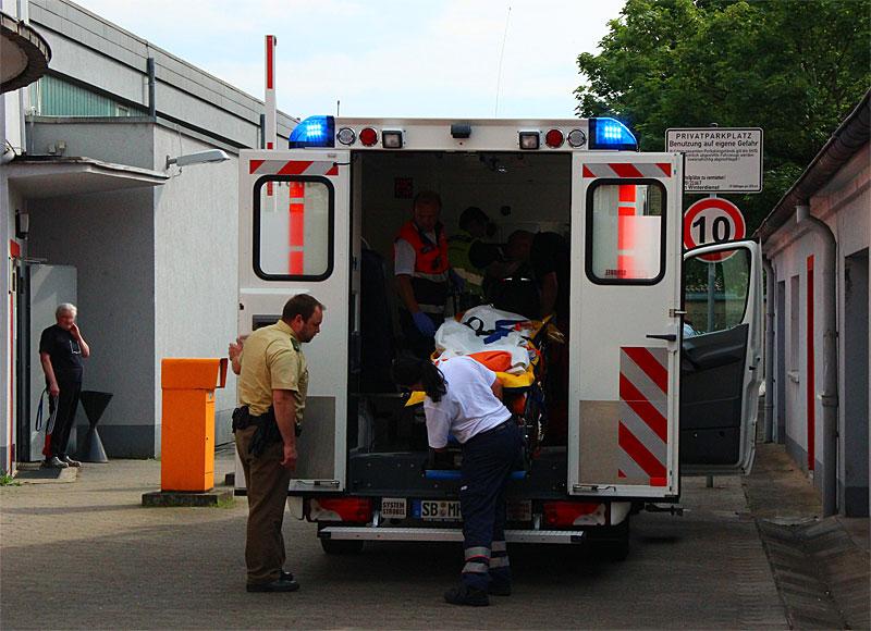 Abtransport eines der verletzten Kinder