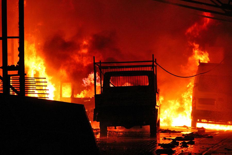Mehere Lieferwagen in Vollbrand - Explosionen schallen durch das Rosseltal (Foto: A.Hell)