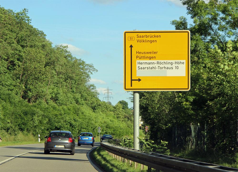 Noch immer weisen Wegweiser an der B51 den Weg zur Hermann-Röchling-Höhe  (Foto: A.Hell)