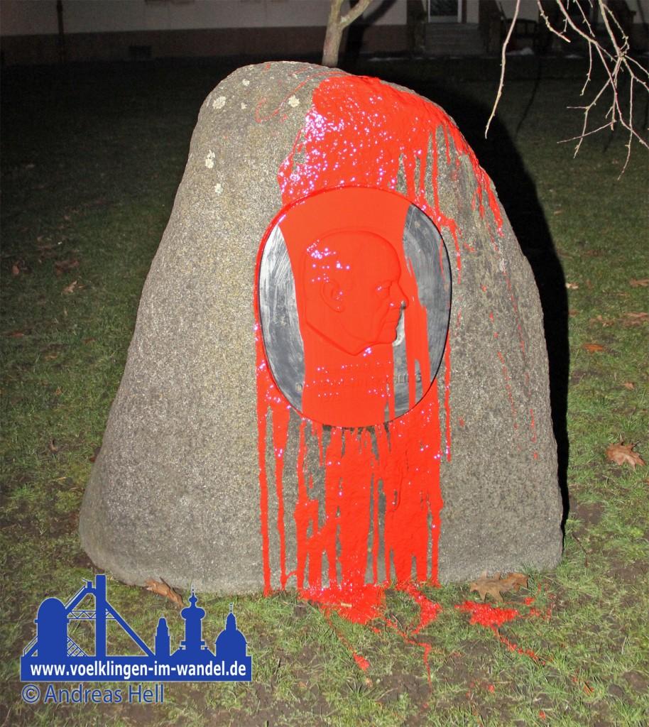 In der Nacht zum 17.02.2013 wird der Röchling-Stein mit roter Farbe beschmutzt - Anhänger des alten Stadtteilnamens werten dies als Anschlag.