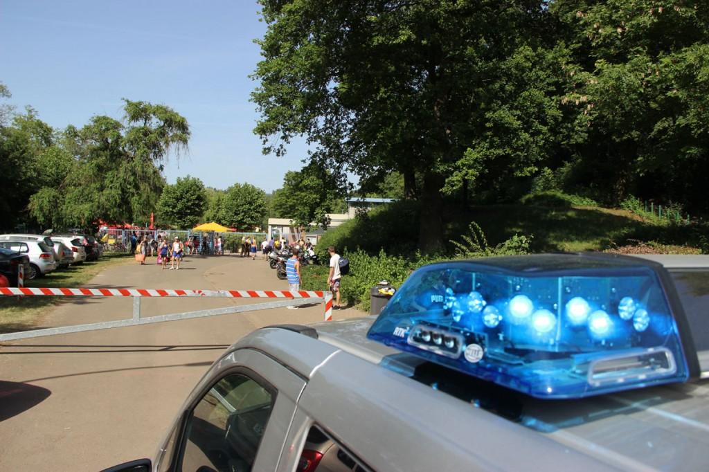 Kein Zutritt mehr: Die Polizei musste vorm Köllertalbad für Ordnung sorgen (Foto: A.Hell)