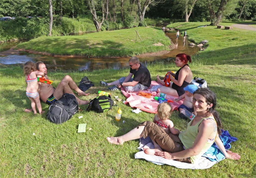 """""""Wenn wir nicht ins Köllertalbad können, dann wenigstens an den Köllerbach!"""", dachte sich Familie Paulus und genoss den Tag eben im Park. (Foto: A.Hell)"""