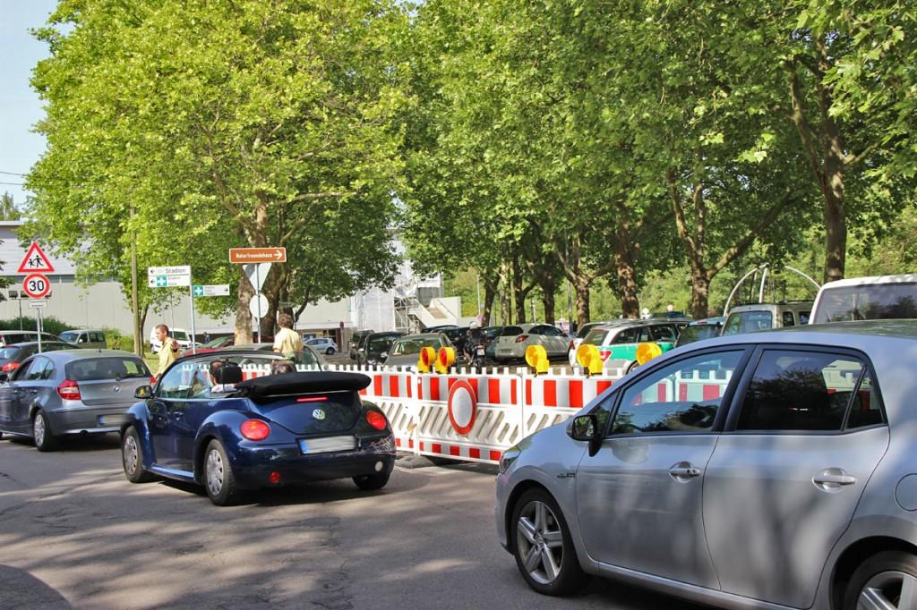Auch die Zufahrt zum Parkplatz wurde gesperrt und von der Polizei kontrolliert - viele Besucher wurden schon hier zwangsläufig zu andern Schwimmbädern verwiesen (Foto: A.Hell)