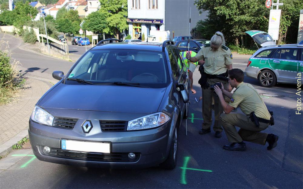 Die Polizei bei der Unfallaufnahme - Foto: Avenia