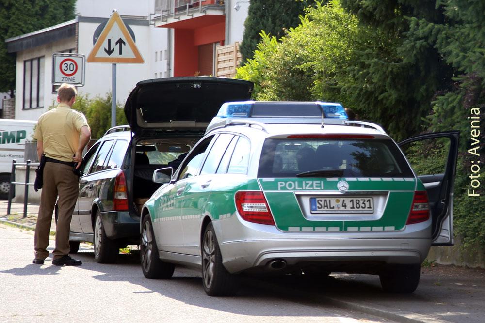 Die Polizei bei einer Verkehrskontrolle (Symbolfoto: Avenia)