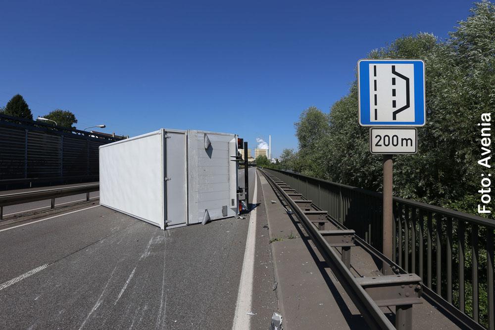 Kein Standstreifen: LKW kollidiert mit Pannenhelferfahrzeug und kippt um (Foto: Avenia)