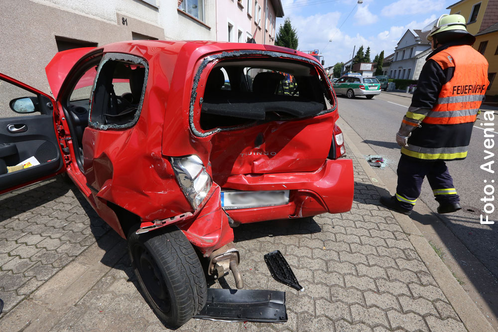 Der rote Renault Twingo ist ein Totalschaden (Foto: Avenia)