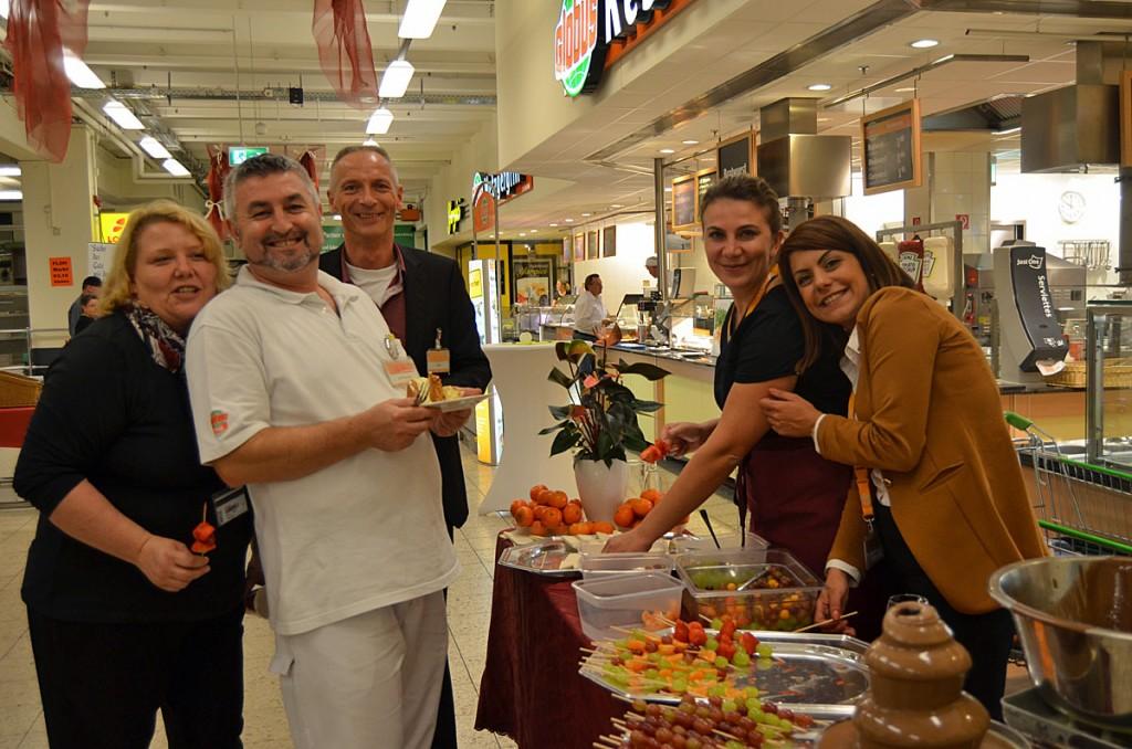 Das Globus-Team begüßte seine Gäste gut geklaunt beim Schlemmerabend. (Foto: Globus VKL)