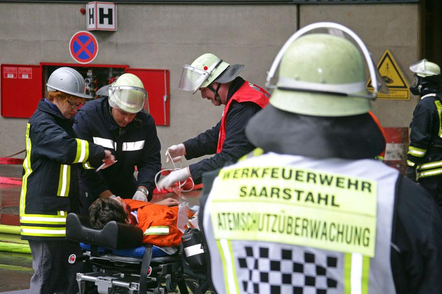 Die aus der Sekundärmetallurgie gerettete Person wurde sofort dem werksärztlichen Dienst zur weiteren Versorgung übergeben. (Foto: Saarstahl AG)