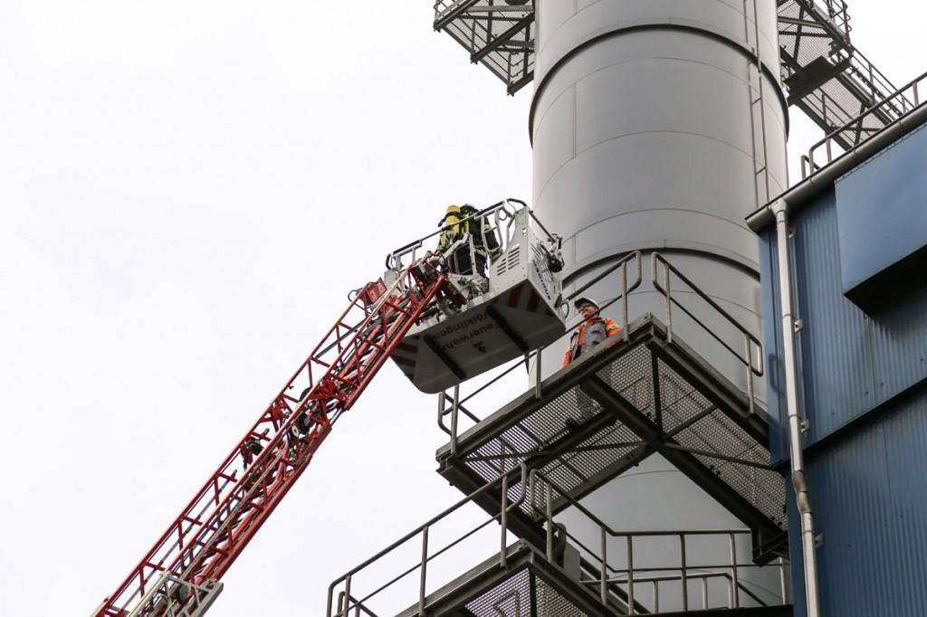 Aus 30 Meter Höhe wurde der Mitarbeiter mittels der Drehleiter sicher zu Boden gebracht. (Foto: Saarstahl AG)