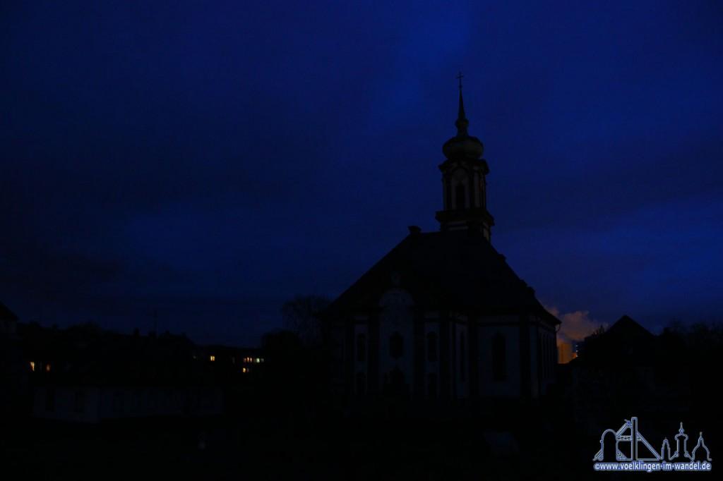 Die schon mit Gehwegbeleuchtung dunkle Versöhnungskirche verschwindet ohne das Licht von der Straße fast ganz im Nachthimmel (Foto:Hell)