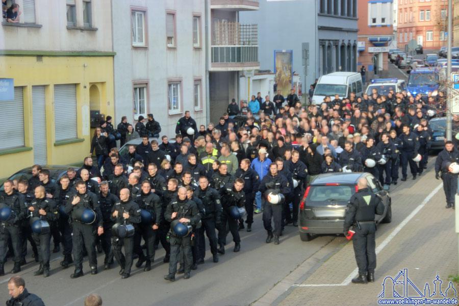 Umzingelt von Beamten wurden die Mahnwachenbesucher zum Bahnhof eskortiert