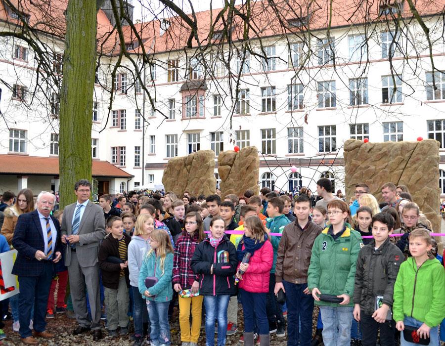 Die Schüler bei der Einweihungsfeier (Links im Bild Schulleiter Wolfgang Pfaff und Regionalverbandsdirektor Peter Gillo; Foto: Regionalverband)