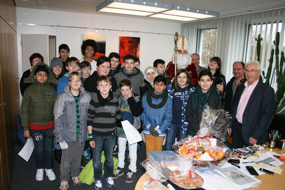 Weihnachtsbesuch bei Oberbürgermeister Klaus Lorig (rechts im Bild) im neuen Rathaus (Foto: Stadt)