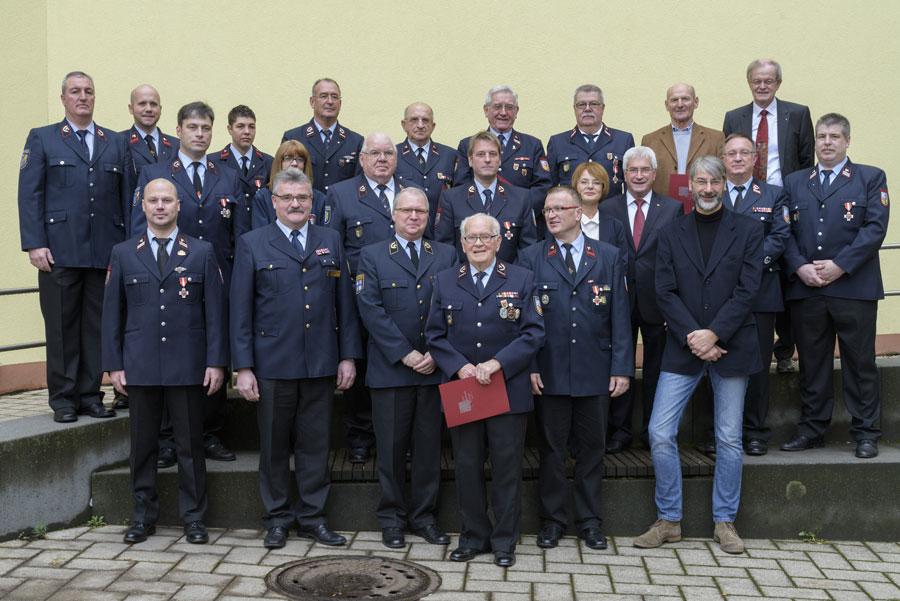 Die Jubilare versammelten sich mit dem Oberbürgermeister vorm Rathaus (Foto: Stadt)