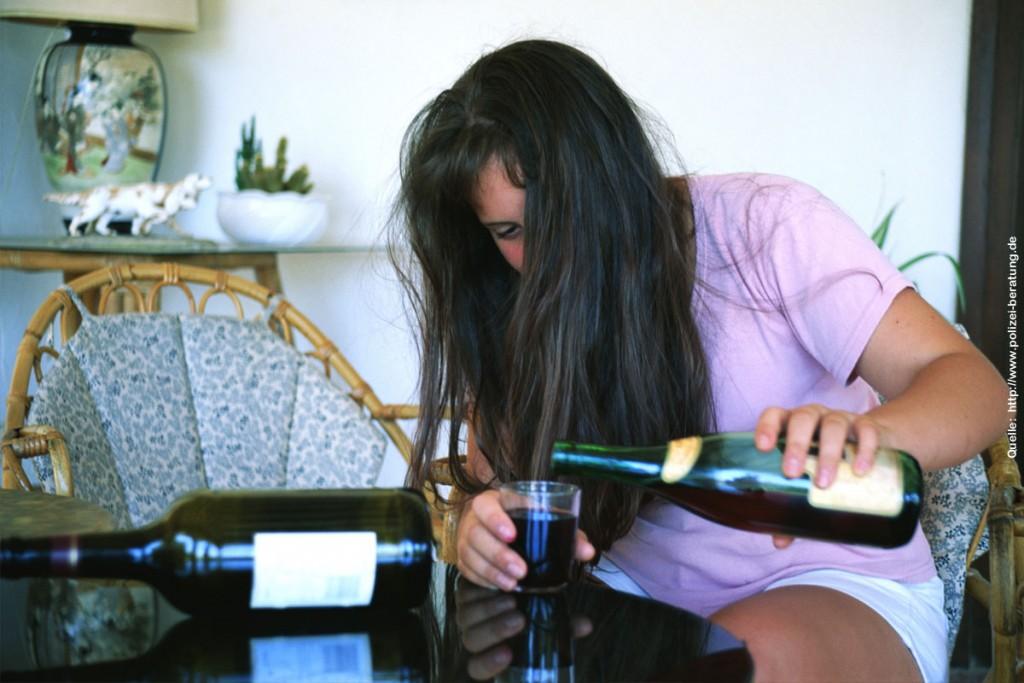Ein Mensch mit Alkoholsucht (Symbolfoto: www.polizei-beratung.de)