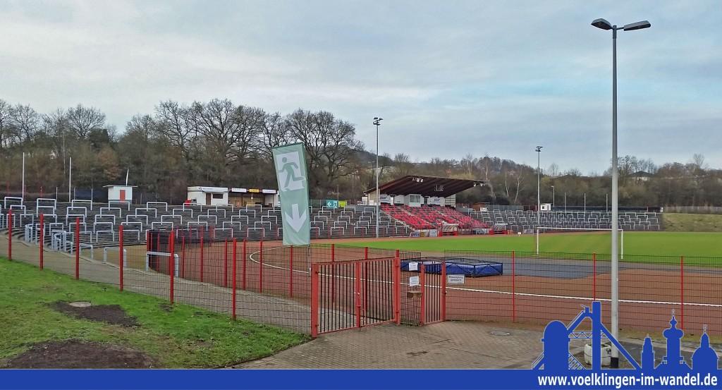 Die 1955 erichtete Haupttribühne des Hermann-Neuberger-Stadions verfügt nun über Sitzschalen in den Vereinsfarben des SV Röchling Völklingen 06
