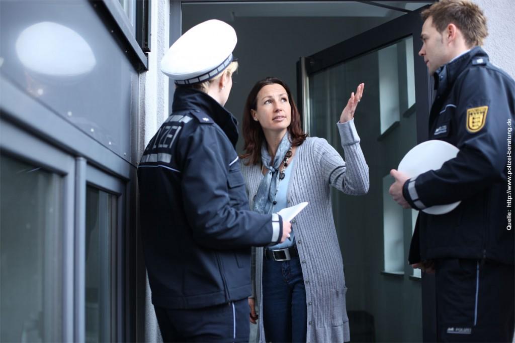 Polizisten bei der Befragung einer Frau (Symbolfoto: http://www.polizei-beratung.de)