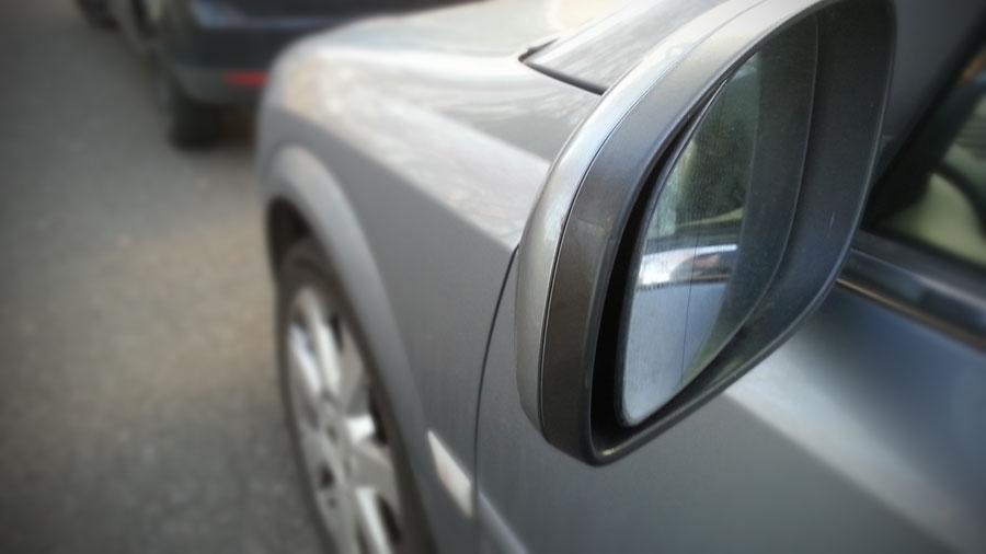 Dieser Rückspiegel wurde bei einer Kollision nur leicht beschädigt (Symbolfoto: Hell)