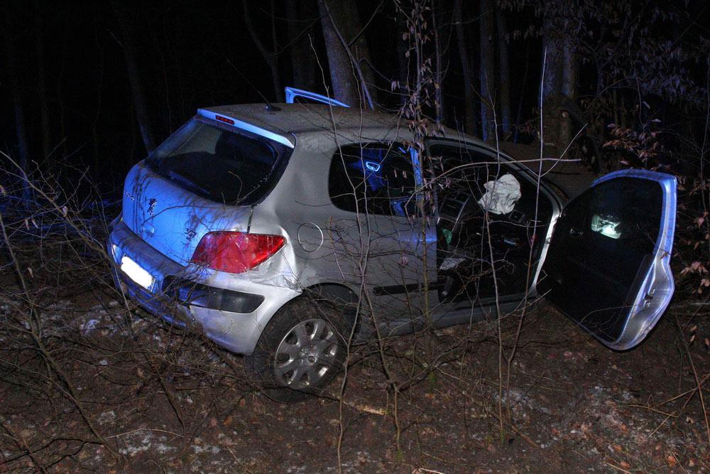 Der Unfallfahrer lies sein Auto stehen und flüchtete (Foto: C. Klein)