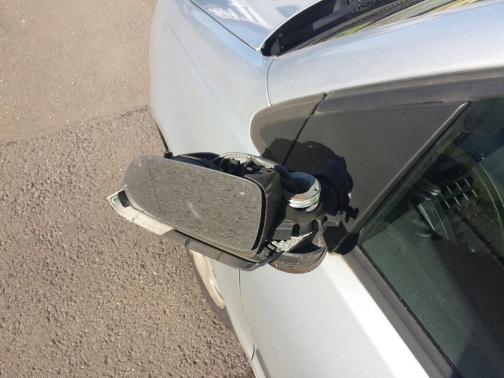 Beschädigte Rückspiegel sind ein typischer Fahrerfluchtschaden (Symbolfoto: Privat)