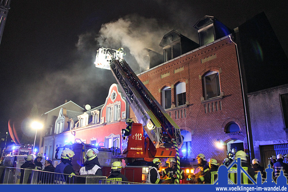 Die freiwilligen Feuerwehren Völklingen, Fürstenhausen und Geislautern waren mit 50 Kräften im Einsatz und konnten den Brand löschen.  (Foto: Hell)