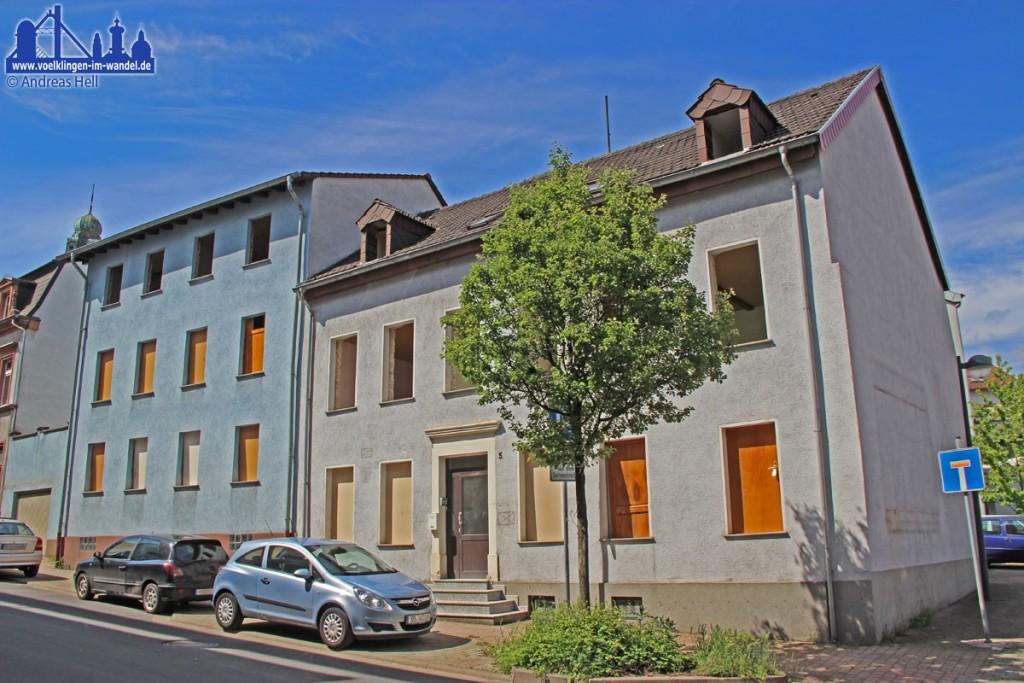 Ohne Fenster und Türen: Auch diese Gebäude in der Schulstraße sind nur noch den Boden wert den sie bedecken. (Foto: Hell)