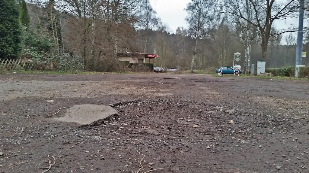 Eines der vielen Schlaglöcher auf dem Parkplatz (Foto: CDU VK Mitte)