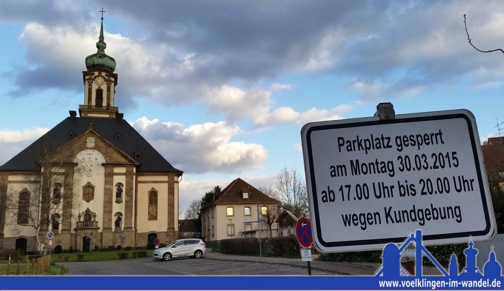 Der Parkplatz vor der Versöhnungskirche ist wegen der Gegendemo am Montag gesperrt (Foto: Hell)