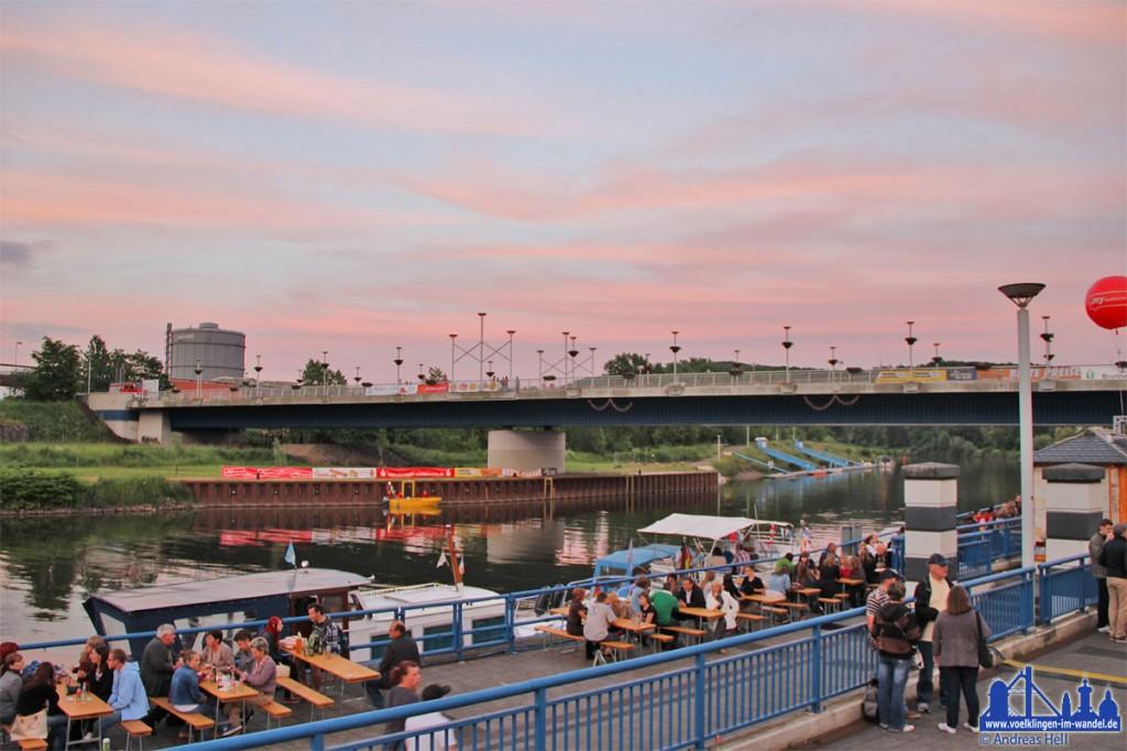 Die Saarbrücke bei Wehrden während des Saarfestes (Foto: Hell)
