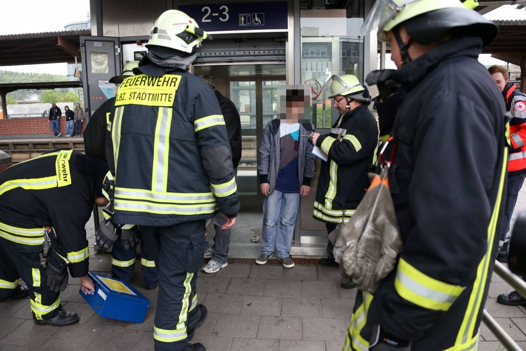 Die Feuerwehr rettet ein Kind aus dem Aufzug am Völklinger Bahnhof (Foto: Breaking News Saarland bei Facebook)