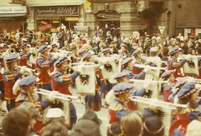 Die Marchingband ist (fast) ein fester Bestandteil des Rosenmontagumzuges in Völklingen, so auch in den 1970er Jahren (Foto: Sammlung Strempel)