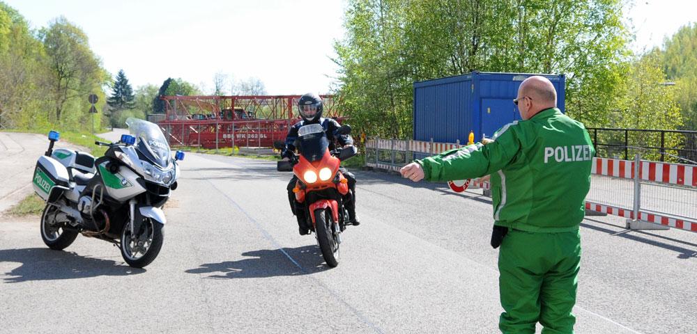 Verkehrskontrolle eines Bikers (Foto: Landespolizeipräsidium)